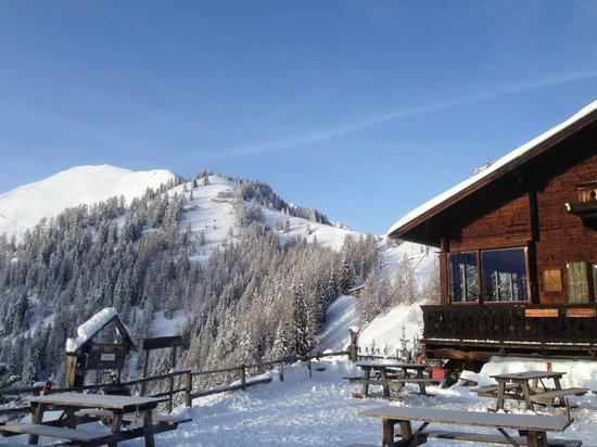 Alpengasthaus Glocknerblick: Sunny winter day on the deck enjoying a beer.