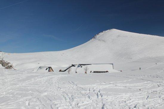 Charmant Som : La bergerie ensevelie sous la neige