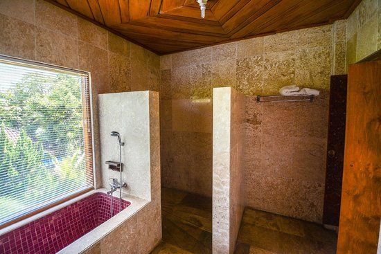 Cendana Resort and Spa: Walk in marbled shower and bathtub