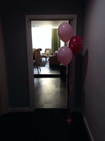 Epic Apart Hotel - Seel Street : Balloons organised by hotel for us in room
