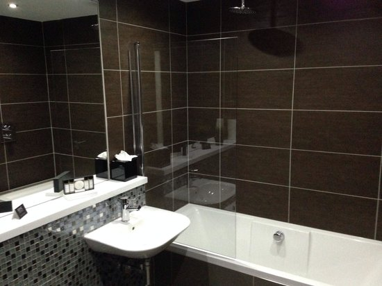 Epic Apart Hotel - Seel Street : Clean, modern bathroom