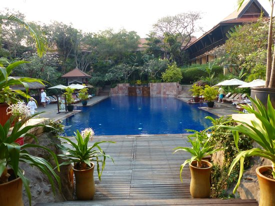 Victoria Angkor Resort & Spa : The saltwater pool (restaurant to the right)
