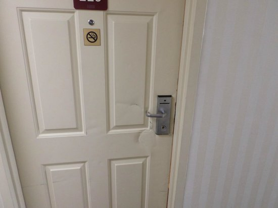 Quality Inn: kick door