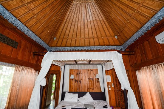 Cendana Resort and Spa: King bed, wood walls, interesting ceiling,