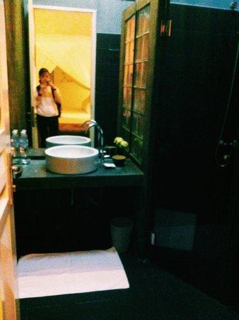 Blue Lime : spacious bathroom with heater