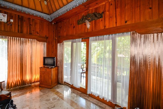 Cendana Resort and Spa: stone floors, windows on all sides, balcony in front of bed