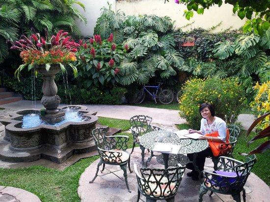 Hotel Casa Antigua : Enjoying the garden