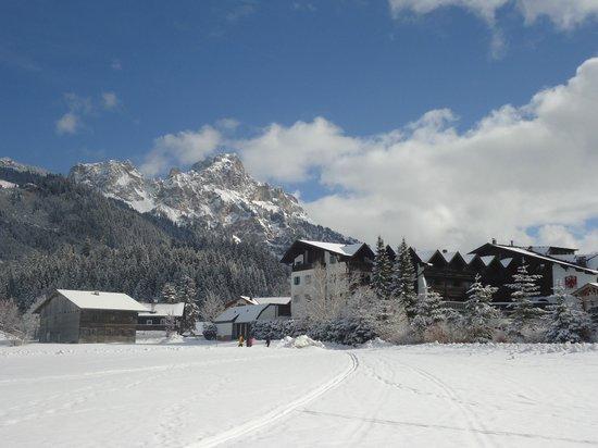 Hotel Tyrol am Haldensee: Blick auf Hotel Tyrol und das rot Flüh