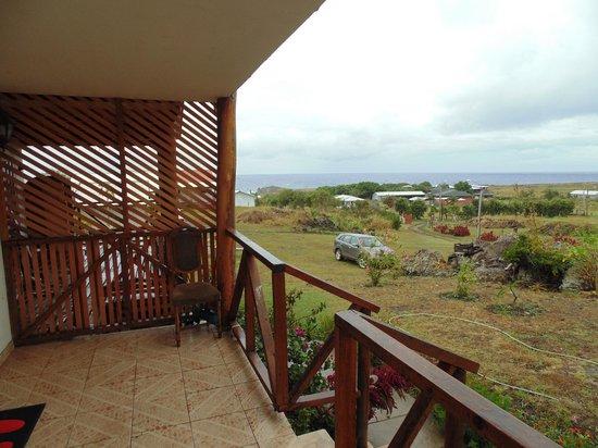 Cabanas Te Pito Kura: terraza - al fondo se aprecia el moai de Hanga Kio'e