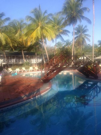 Sandals Halcyon Beach Resort: Paradise pool, early morning