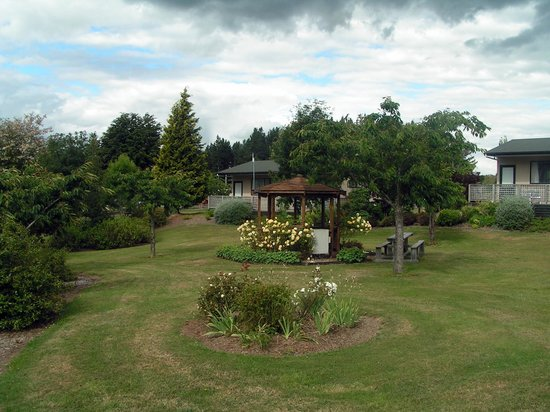 Te Anau Lakeview Holiday Park: Gardens outside motel studio unit