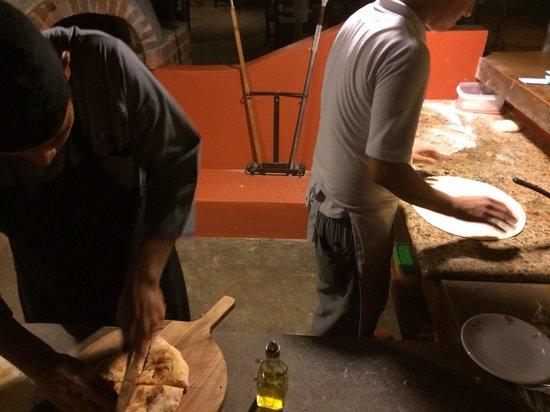Il Rustico Trattoria Pizzeria B & B : Making pizzas