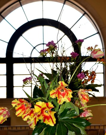 Westin La Paloma Resort and Spa: Lobby Window with flower arrangement
