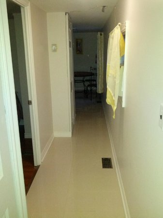 Sharodon Sands Motel: 3 Bedroom cottage hallway