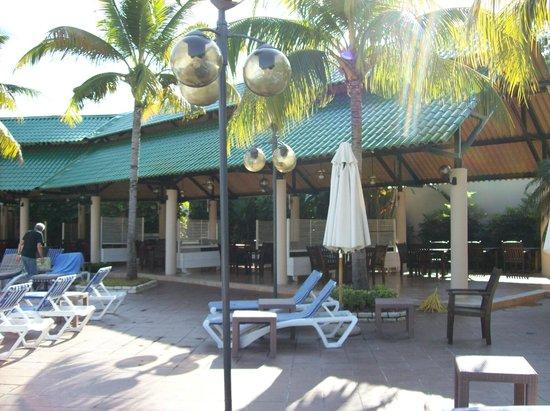 Meliá Santiago de Cuba: Restaurant près de la piscine