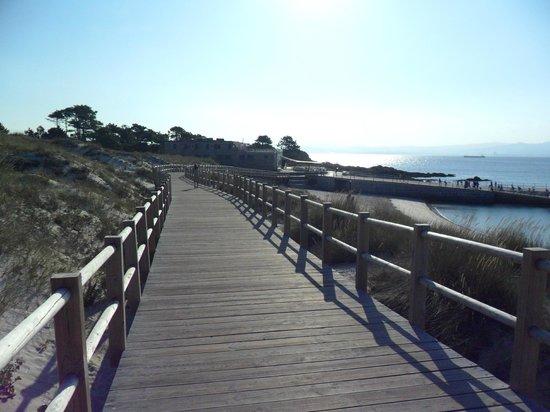 Playa de Rodas: Pasarela que conduce hasta el muelle de Rodas.