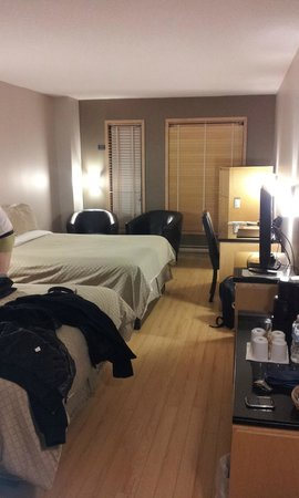 Hotel Dauphin Montreal Downtown : room 604 (two double beds)