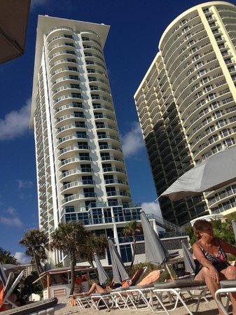 Sole on the Ocean: hotel visto da praia (esquerda)