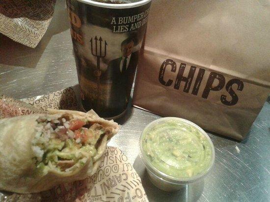 Chipotle Mexican Grill : burrito e chips and guacamole