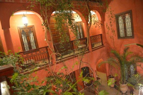 Riad Honey Sarl: Abends, Sicht auf den Innenhof