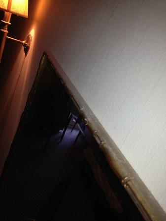 Rossett Hall Hotel: Dusty Mirror