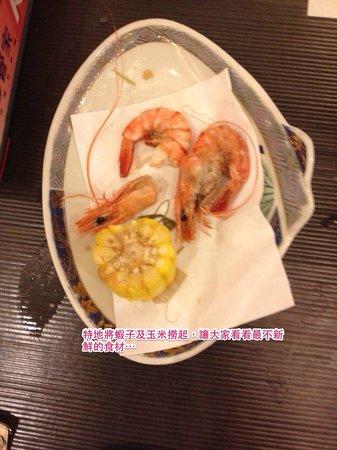 The Loft Seaside Suites: 特地撈起小火鍋內的玉米、蝦子, 讓大家看看最不新鮮的食材 > <