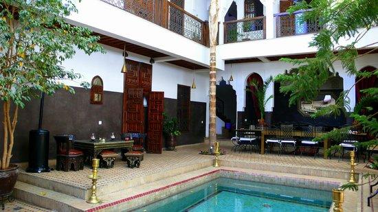 Riad Kasbah : patio y dormitorios