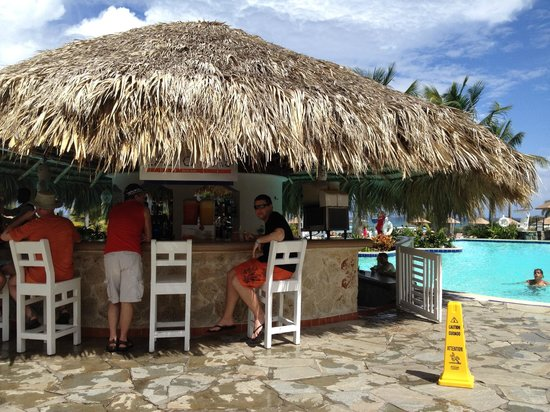 The Tropical at Lifestyle Holidays Vacation Resort: Pool bar and swim-up bar