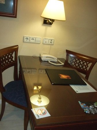 Madrid Marriott Auditorium Hotel & Conference Center: Escritorio