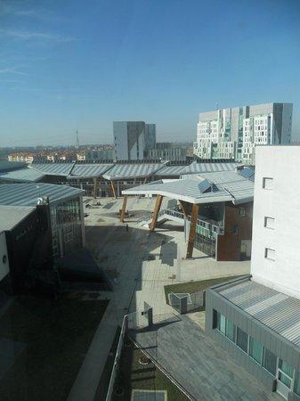 H2C Hotel Milanofiori: Vista dalla camera sulla piazzetta dei ristoranti