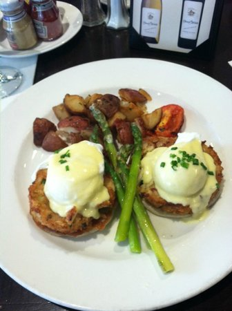 The Carolina Hotel - Pinehurst Resort : Brunch at Ryder Cup- crab cakes benedict