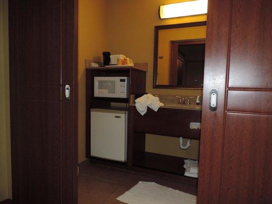 Rosen Inn International: Parte del baño con frigobar y micro