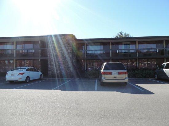 Rosen Inn International: Desde el estacionamiento vista a habitaciones