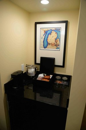 The Baronette Renaissance Detroit-Novi Hotel : coffe area with a small fridge available