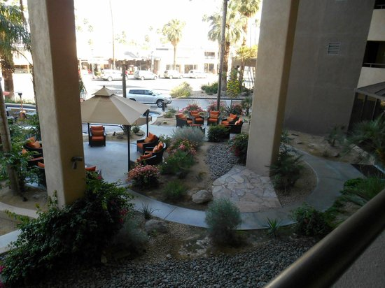 Hyatt Palm Springs: Front courtyard from our room