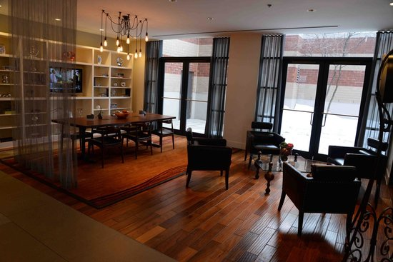 The Baronette Renaissance Detroit-Novi Hotel: Room off the main lobby