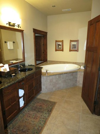 Five Pine Lodge & Spa: Bathroom