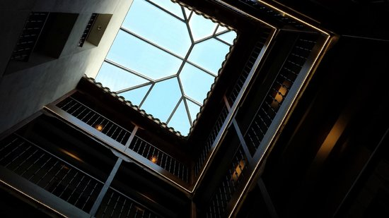 Posada del Leon de Oro: Looking up the atrium of hotel