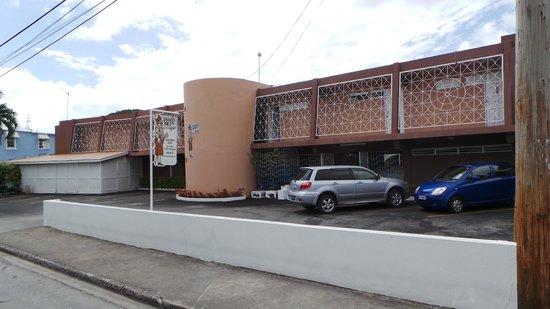 Pirate's Inn: car park and entrance