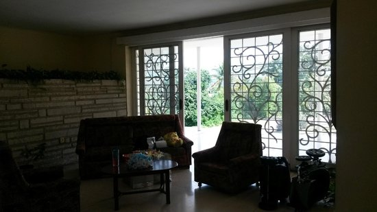 Villa Gaviota Santiago de Cuba: living room in house which opens to patio with mountain view; great place to read