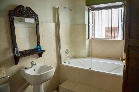 Kisiwa House: bathroom