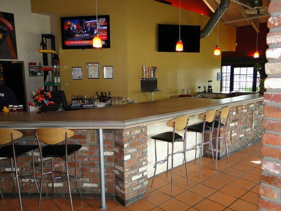 California Skewers Bar and Grill: Bar area near the entrance