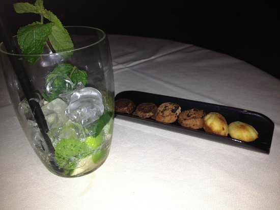 Metropole Hotel: Late night drink with bar snacks