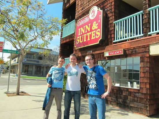 Cabrillo Inn & Suites Airport: Me, my brother and friend in front of the Cabrillo hotel
