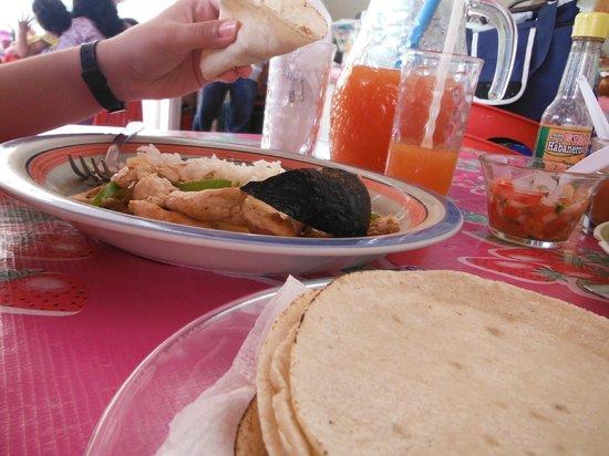 Loncheria Alexia y Geovanny: Fajitas de pollo, agua de sabor y muchas tortillas.