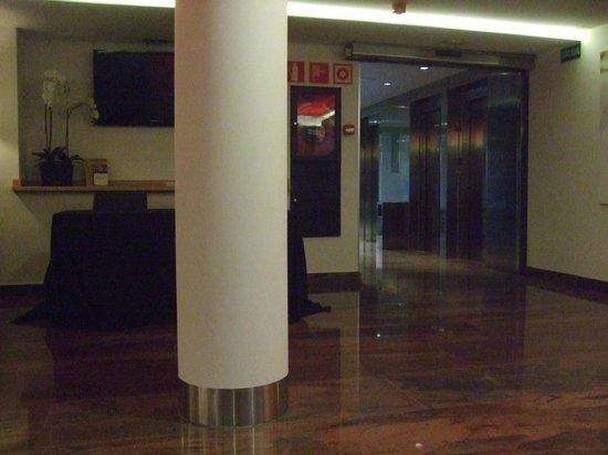 Hotel Exe Moncloa: Salón en planta baja y ascensores
