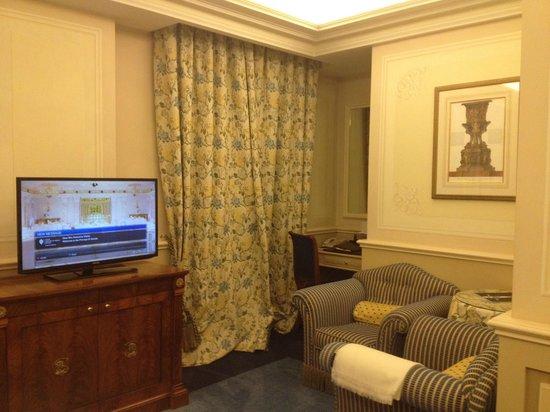 Hotel Principe Di Savoia: TV / seating area