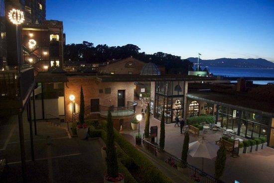 Fairmont Heritage Place, Ghirardelli Square: Night view over Ghiradelli Square