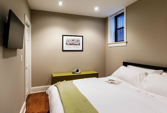 The Inn at Wrigleyville: Bedroom in MVP Suite with King size bed
