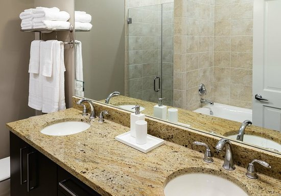 The Inn at Wrigleyville: Bathroom with glass walk-in shower and bathtub